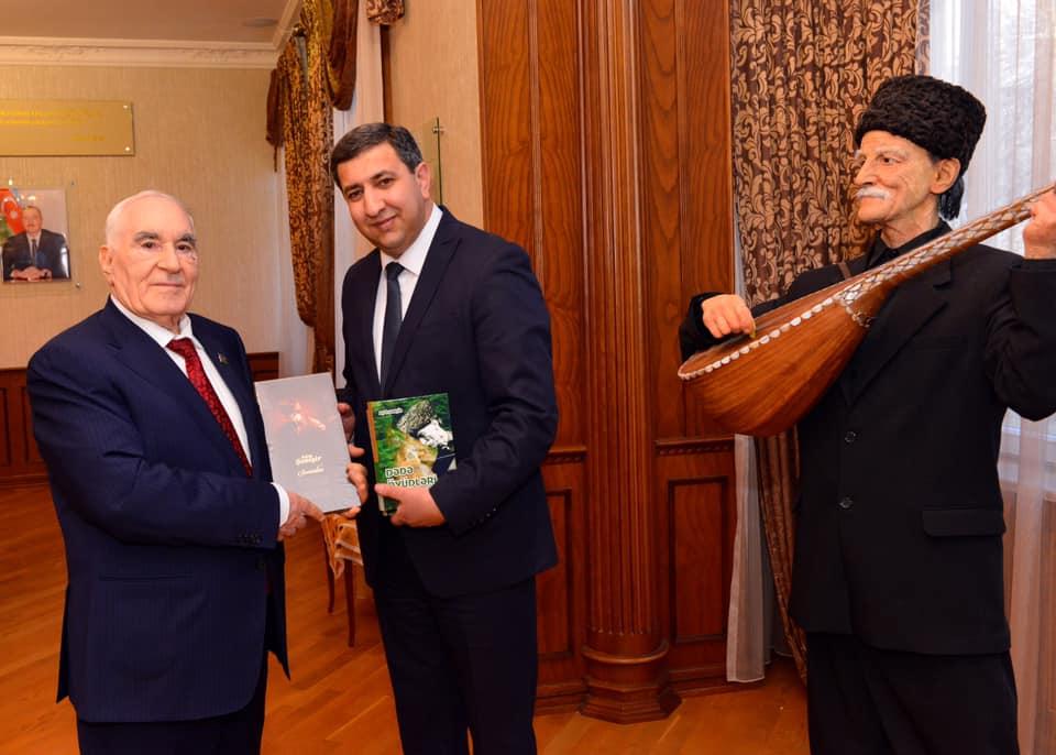 Fəttah Heydərova Dədə Şəmşirin kitabları və saz mahnıları yazılmış diski hədiyyə edilib